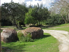 sztuczne skały przy drodze