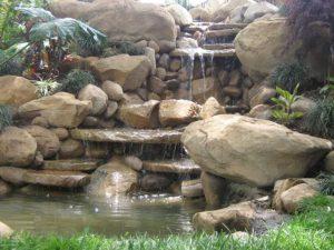 wodospad ze sztucznych skał